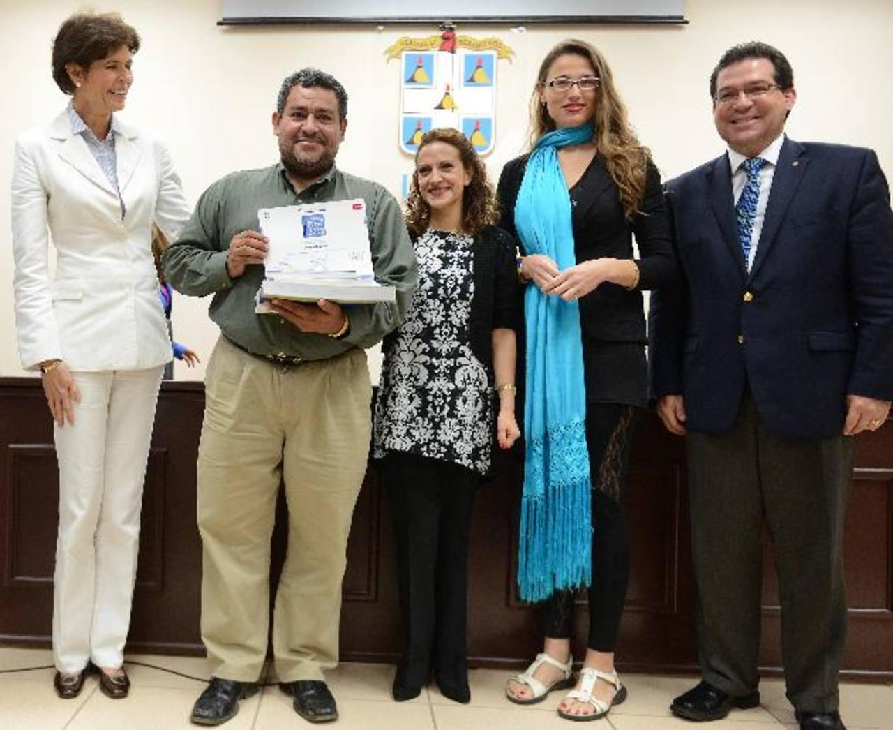 El periodista Iván Olivares (segundo a la izquierda) recibió el diploma de manos de las autoridades de la Fundación Violeta Chamorro. Foto EDH / CORTESÍAEl corresponsal fue herido en una de sus coberturas.