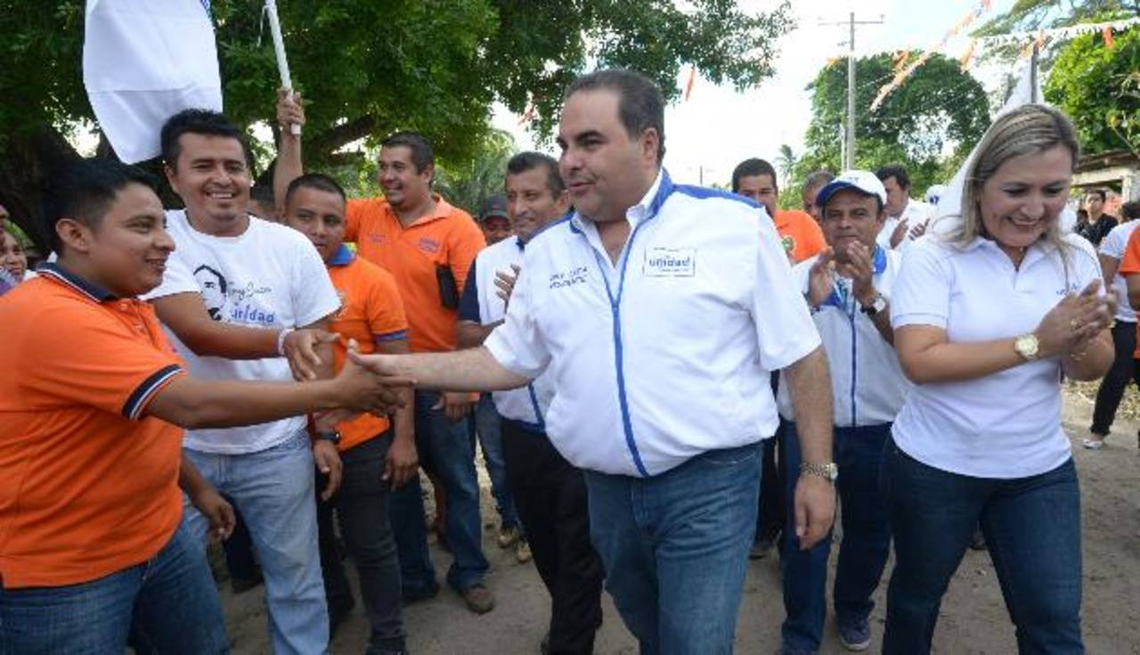 El candidato de Unidad, Tony Saca, recibió varias peticiones de los habitantes del cantón La Guarumas, en Santiago Nonualco, en La Paz. foto edh / Douglas Urquilla
