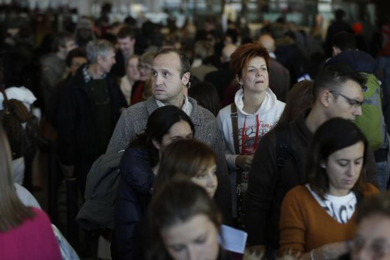 Viajeros hacen fila para pasar por la aduana y el control de inmigración en el Aeropuerto Internacional John F. Kennedy de Nueva York. Foto/ AP