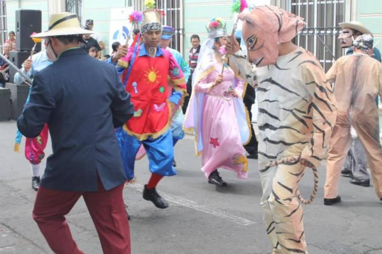 Frente a la Casa de la Cultura, en la 2a. Avenida Norte, hubo actividades culturales para celebrar. Foto EDH / Roberto Zambrano