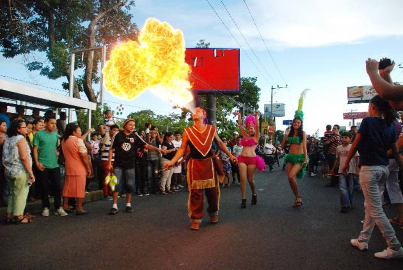 Con el desfile del correo realizado ayer, se dio por inauguradas las fiestas migueleñas. fotos edh / lucinda quintanilla