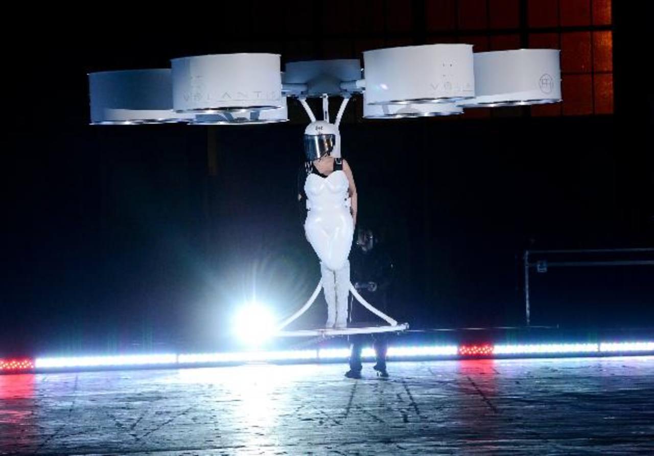 """Lady Gaga demuestra el prototipo del transportador Volantis, un """"vestido volador"""" diseñado por TechHaus - Studio XO, durante la fiesta de lanzamiento de su álbum """"Artpop"""". Foto/ AP"""