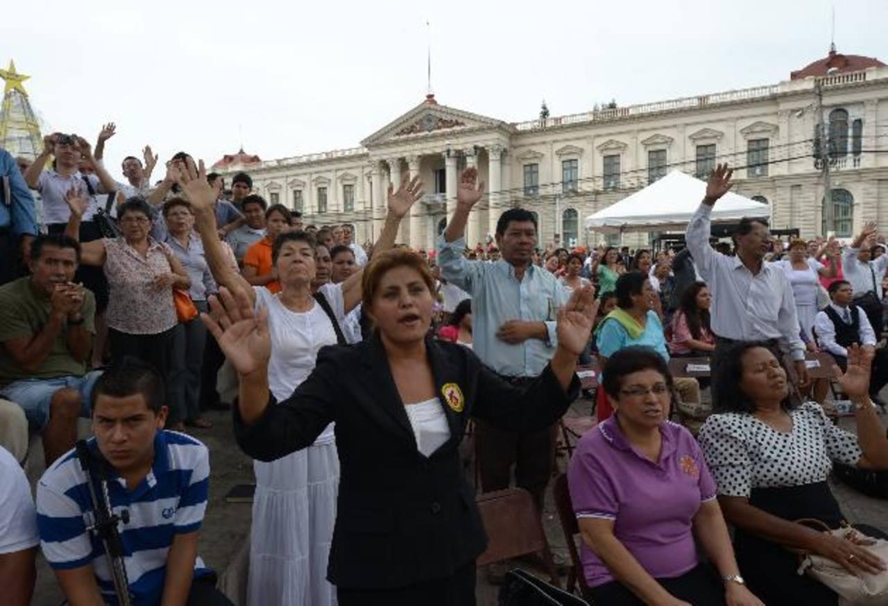 Las iglesias evangélicas se concentraron en la Plaza de la Oración, la Barrios, el estadio Mágico González y el parque Daniel Hernández para orar. Foto EDH / Douglas Urquilla
