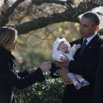 El presidente Obama cargó al bebé de Maeve Kennedy. El presidente Barack Obama, la primera dama Michelle Obama, el expresidente Bill Clinton y Hillary Clinton durante la ofrenda floral en el homenaje a John F. Kennedy. foto edh/reuters