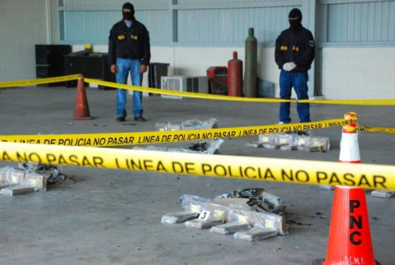 Autoridades antinarcóticos de la PNC, en conjunto con la Fiscalía, determinaron que cargamento descubierto en furgón en El Amatillo está valorado en más de $2 millones. FOTO Archivo