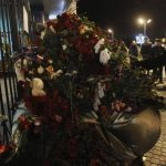 Personas colocan flores en una cerca del aeropuerto de Kazán, donde un avión se estrelló. Foto/ Reuters