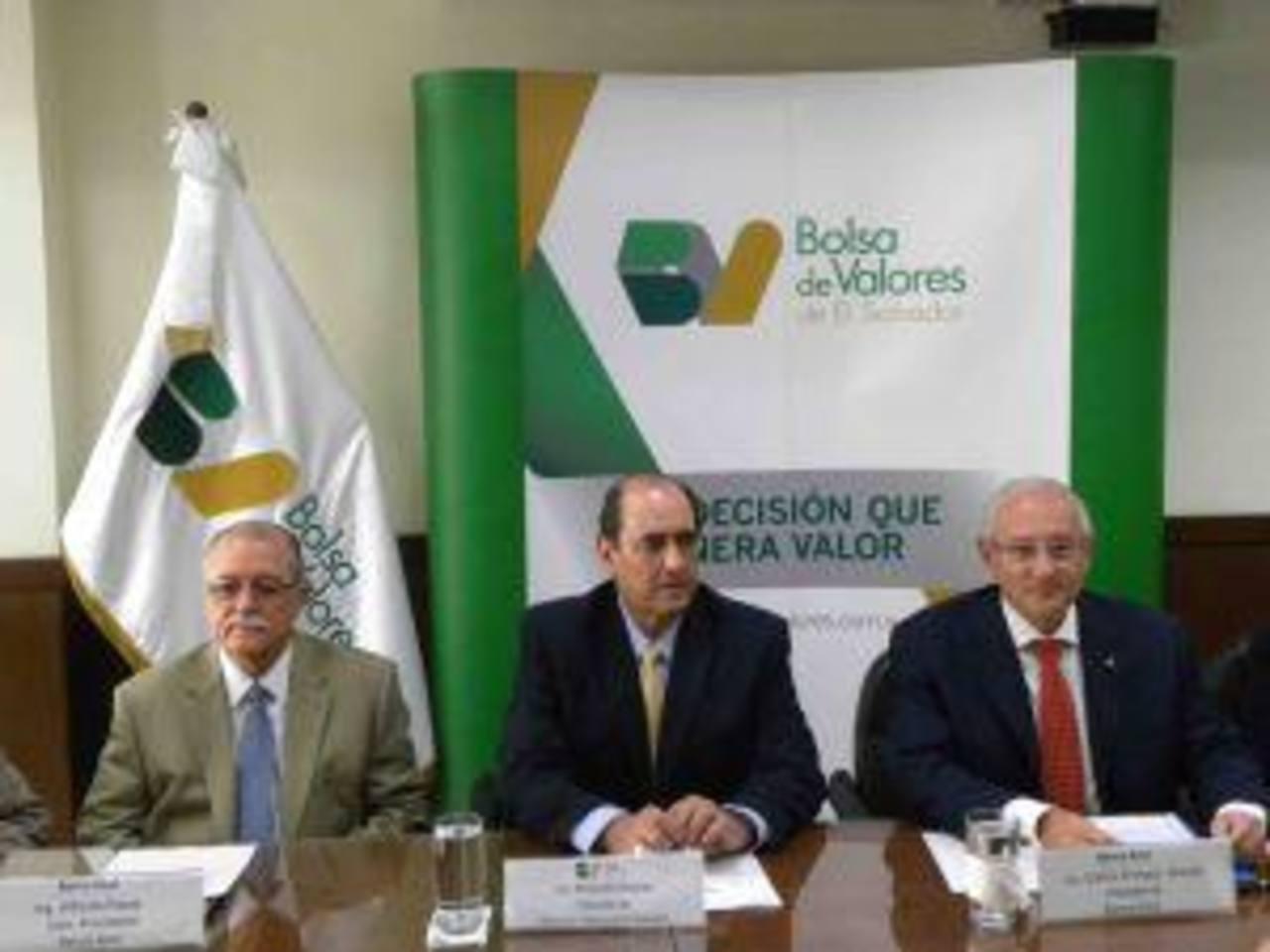 El presidente de la Bolsa de Valores, Rolando Duarte (centro) y el presidente del Banco Azul de El Salvador, Carlos Araujo (der.), presidieron el evento. foto edh /cortesía Bolsa de Valores