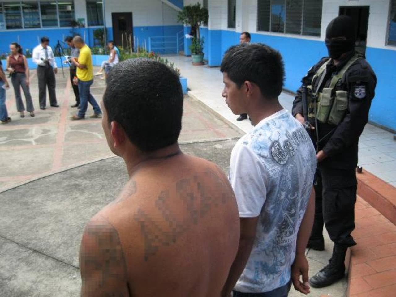Los sujetos que raptaron al agente fueron presentados ayer en la Policía. Foto EDH / C. Díaz
