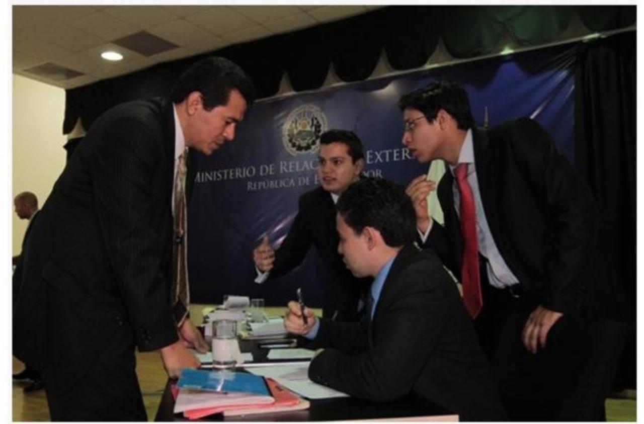 Los estudiantes de ambas universidades aplicaron todas sus herramientas de oratoria en la final del debate. Foto EDH / Cortesía