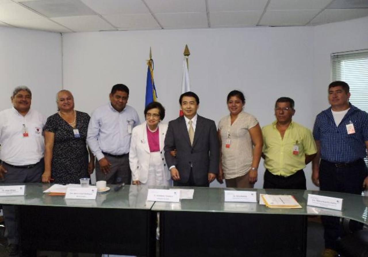 Representantes de la Embajada de Japón, del Ministerio de Salud y de las comunidades firmaron convenios. edh /cortesía