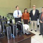 Magistrados del TSE supervisan las máquinas que en 2012 proporcionó Indra para transmitir los resultados electorales de ese año. En las presidenciales de 2014 será la misma empresa española la que hará esa labor.