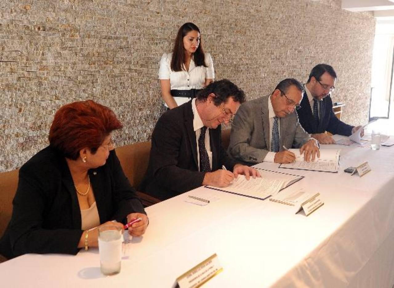 El convenio fue firmado por el presidente de la CSJ, Florentín Meléndez, y delegados del CICR. Foto EDH / Marlon Hernández.