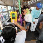 Presidente Mauricio Funes vetó decreto que permitiría a los usuarios pagar en efectivo y con tarjeta prepago. Por lo tanto, el pasaje del transporte público continuará pagándose solo con tarjeta . FOTO EDH/Archivo