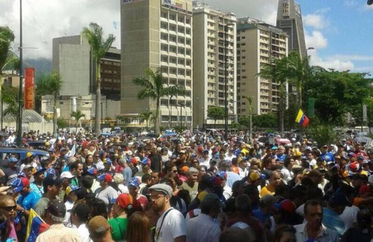 Esta fue una de las concentraciones en la Plaza Venezuela en Caracas donde rechazaron las políticas que implementa Nicolás Maduro. foto edh / tomada de El Nacional (Venezuela)