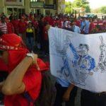 Trabajadores protestan en instalaciones del Aeropuerto Internacional de El Salvador.