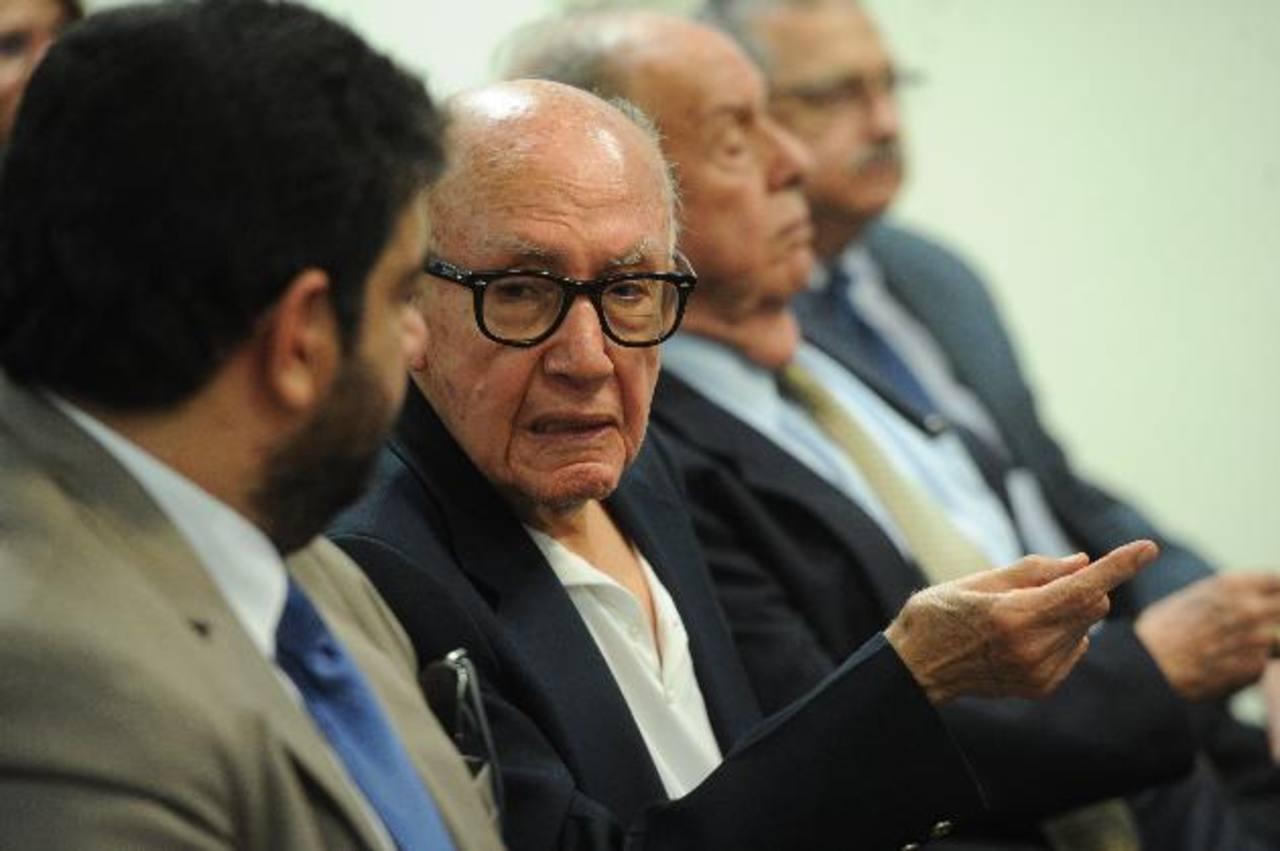 Carlos Jacinto Chavarría junto a Guillemo Sol Bang y sus abogados durante la audiencia ayer en el Juzgado Séptimo de Paz sobre el caso CEL-Enel. foto edh / marvin recinos