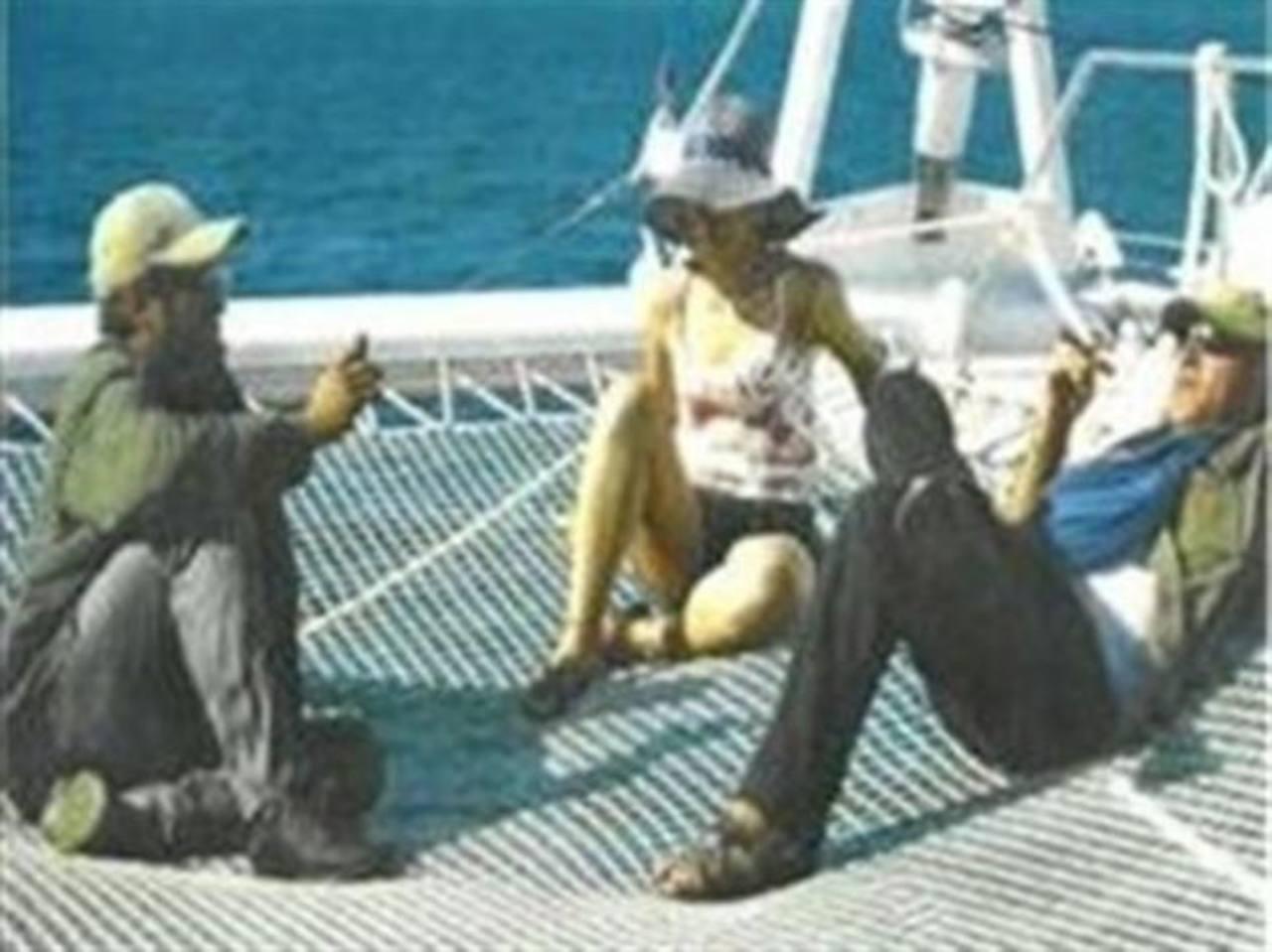 Fotografía tomada de la página www.pensamientocolombia.org de los negociadores de las FARC Iván Márquez (izq.), Laura Villa (centro) y Jesús Santrich (der.), en un yate catamarán, en Cuba. foto edh / EFE