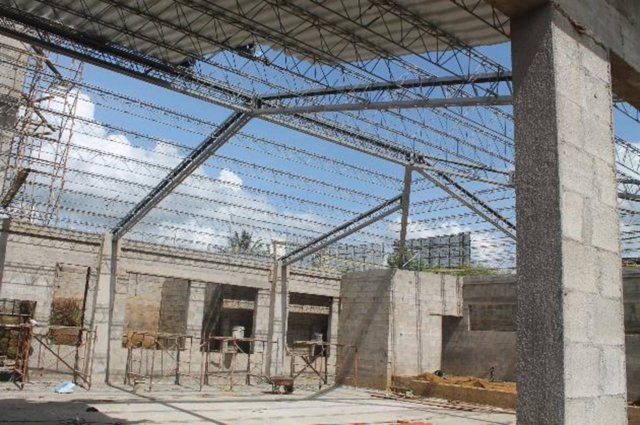 Aún falta un 30 % de la obra, las autoridades esperan que esté finalizada en febrero. Foto EDH / roberto zambrano