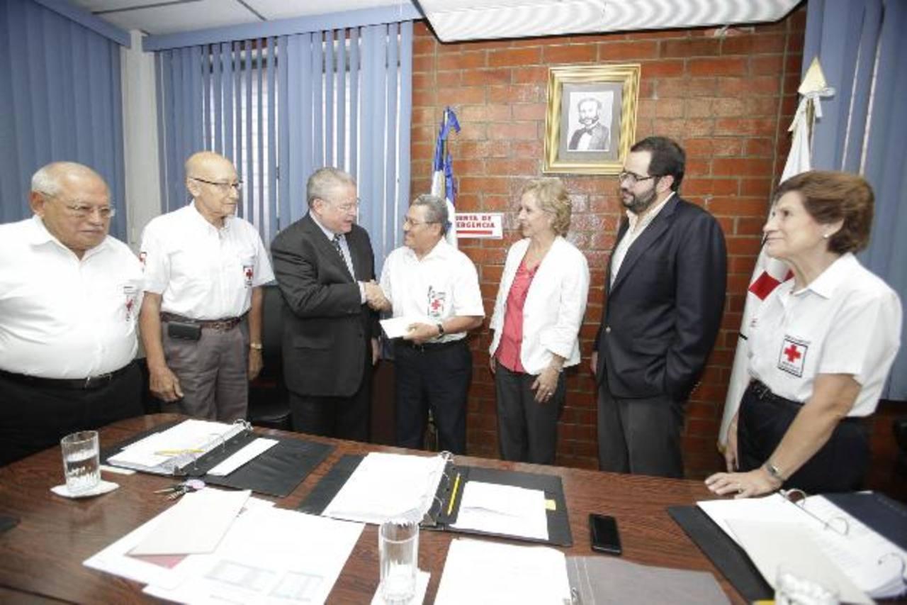 Roberto Murray Meza, presidente de la fundación, y directivos de la entidad entregaron uno de los donativos a Cruz Roja de El Salvador. foto edh / cortesía