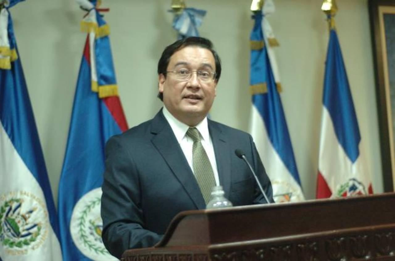 El fiscal Luis Martínez advirtió al presidente Funes de que haber revelado información confidencial pone en riesgo las investigaciones y además de ser inoportunas. Foto EDH / Archivo