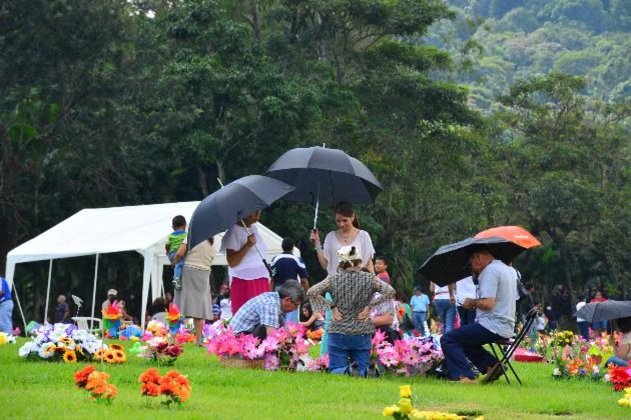 Millares visitaron cementerios para honrar a sus difuntos