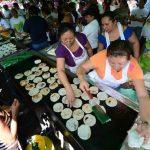 Las pupuseras estuvieron listas para mostrar sus habilidades en la elaboración de este platillo típico. foto edh / Mauricio Cáceres