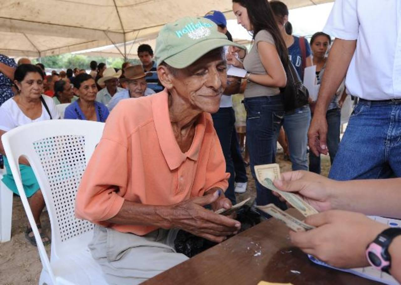 Si el Gobierno recaudara más fondos, pudiera ampliar su ayuda para los ancianos que no tienen una pensión. Foto EDH / archivo