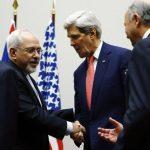El Secretario de Estado, John Kerry (der.), saluda al el ministro iraní de Relaciones Exteriores, Mohammad Javad Zarif. foto edh / reuters