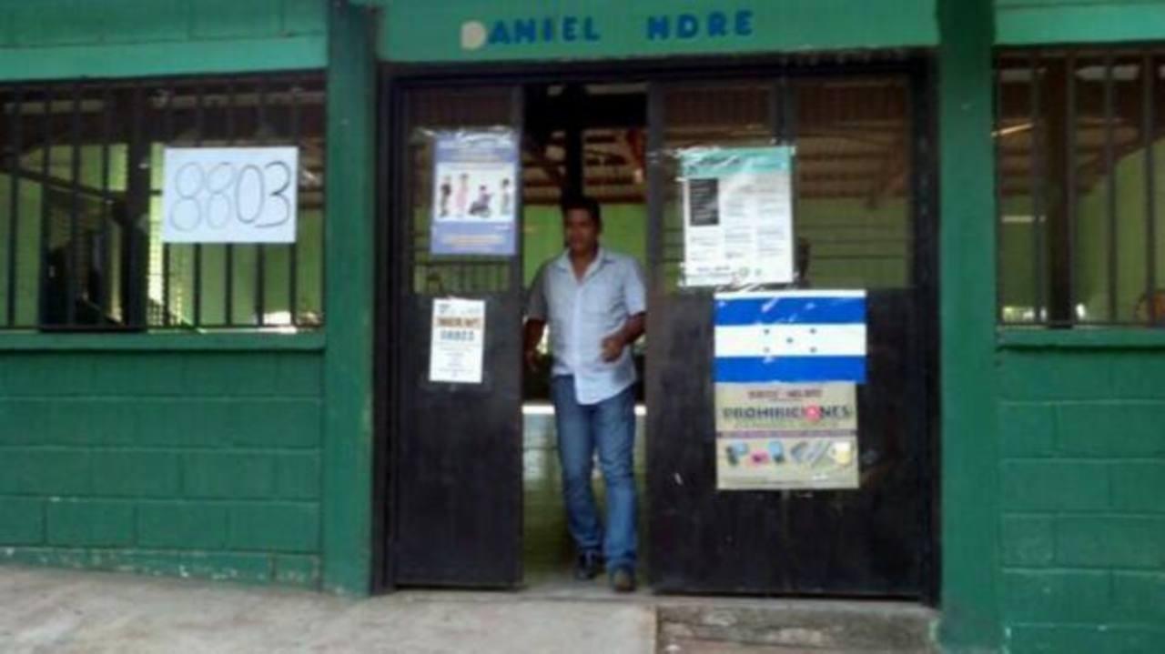 El centro de votación en la escuela Villa Olímpica en Tegucigalpa atiende a las últimas personas para que emitan el sufragio