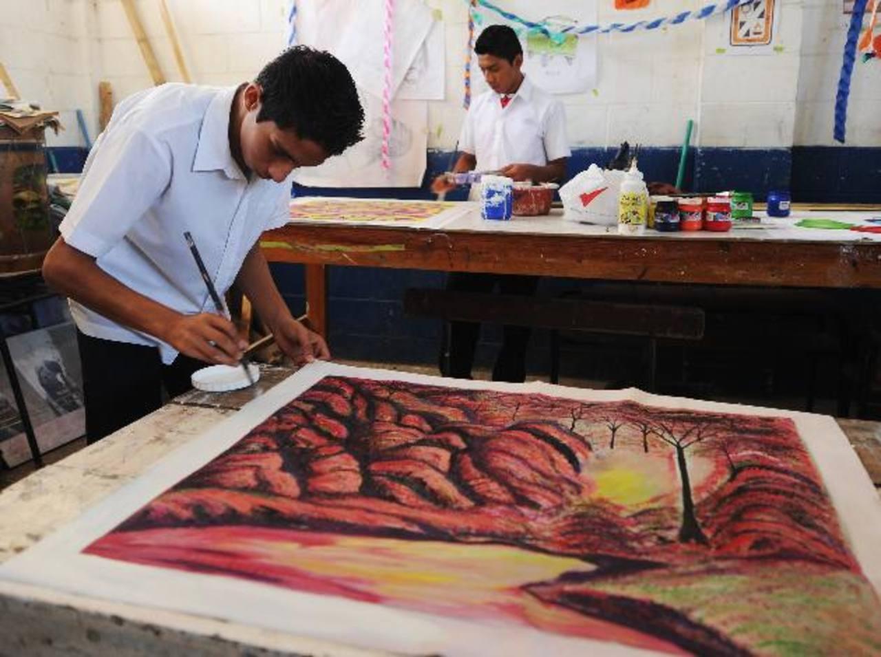 Los alumnos aprovecharán las vacaciones de fin de año para dar los toques finales a algunas obras. Foto EDH / Marlon Hernández