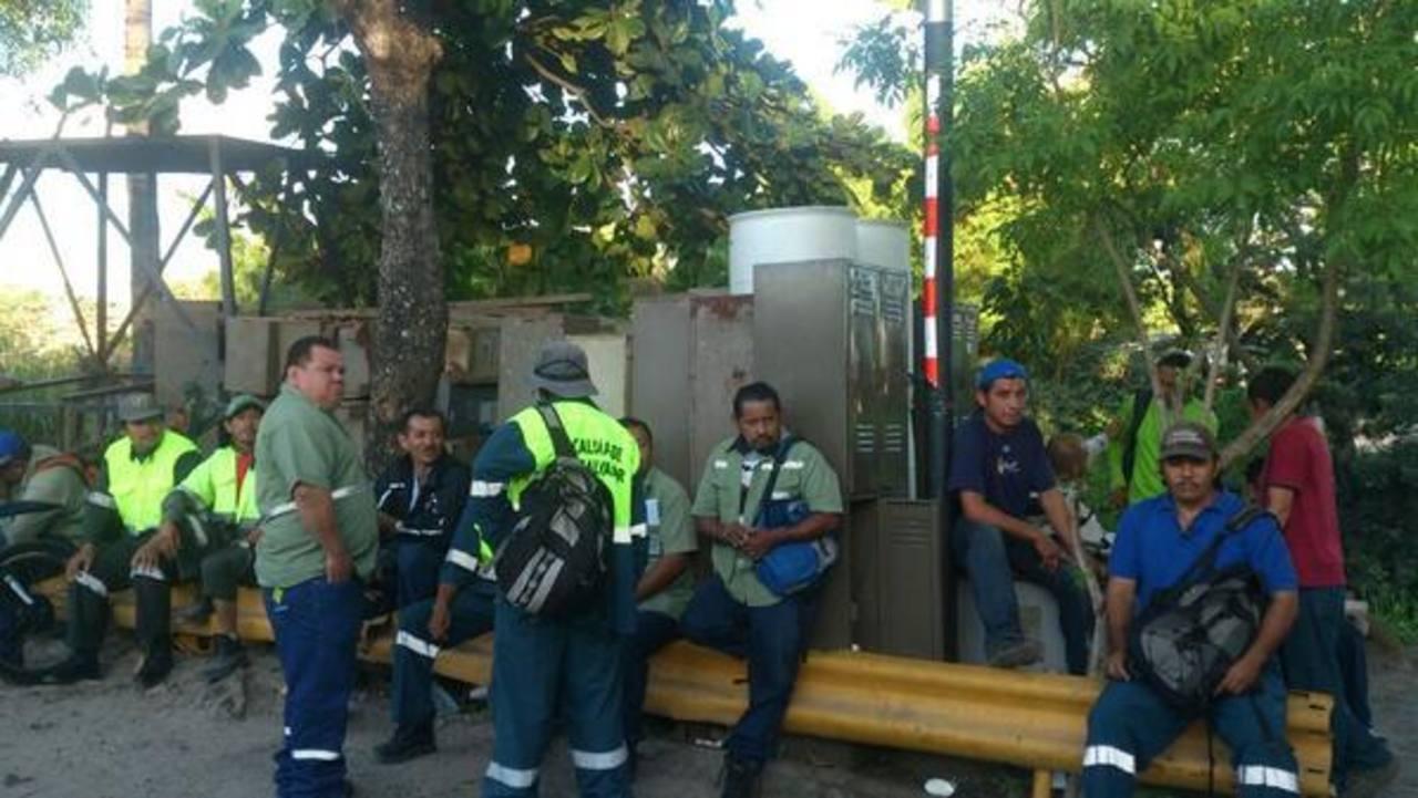 La base de los recolectores de desechos así lucía esta mañana. FOTO EDH Ericka Chávez, vía Twitter.