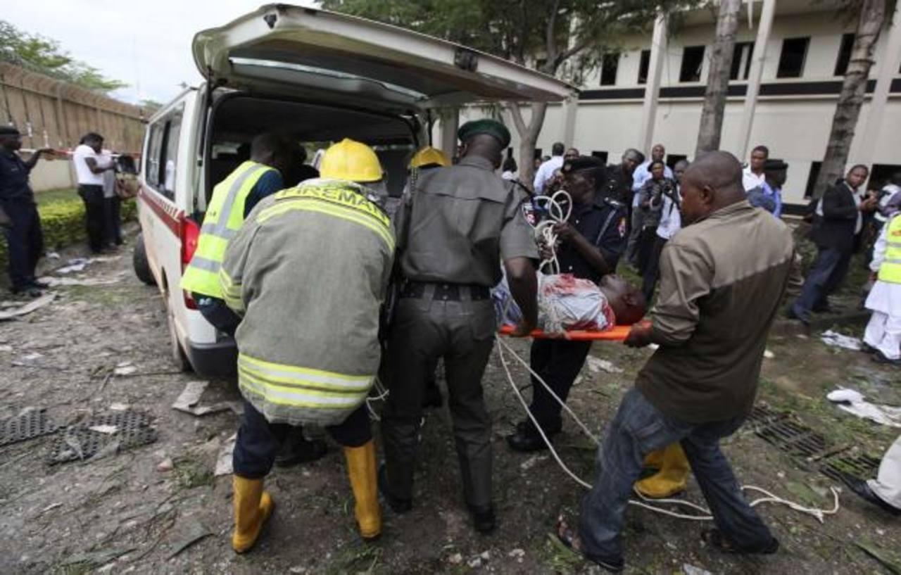 Socorristas trasladan a un herido por la explosión de una bomba colocada por los terroristas. foto edh / internet
