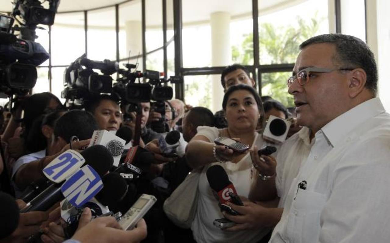 Funes responde las preguntas de los periodistas tras participar en un evento ayer. foto edh