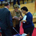 Los diputados de ARENA, Donato Vaquerano y Carmen Elena de Escalón (de izquierda a derecha) conversan con la legisladora del FMLN, Lorena Peña. foto edh / omar carbonero