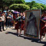 Los estudiantes del Liceo Cultural de Usulután vistiendo trajes típicos cargaron la imagen de Santa Catalina de Alejandría en el recorrido del desfile del Correo. foto edh / carlos segovia
