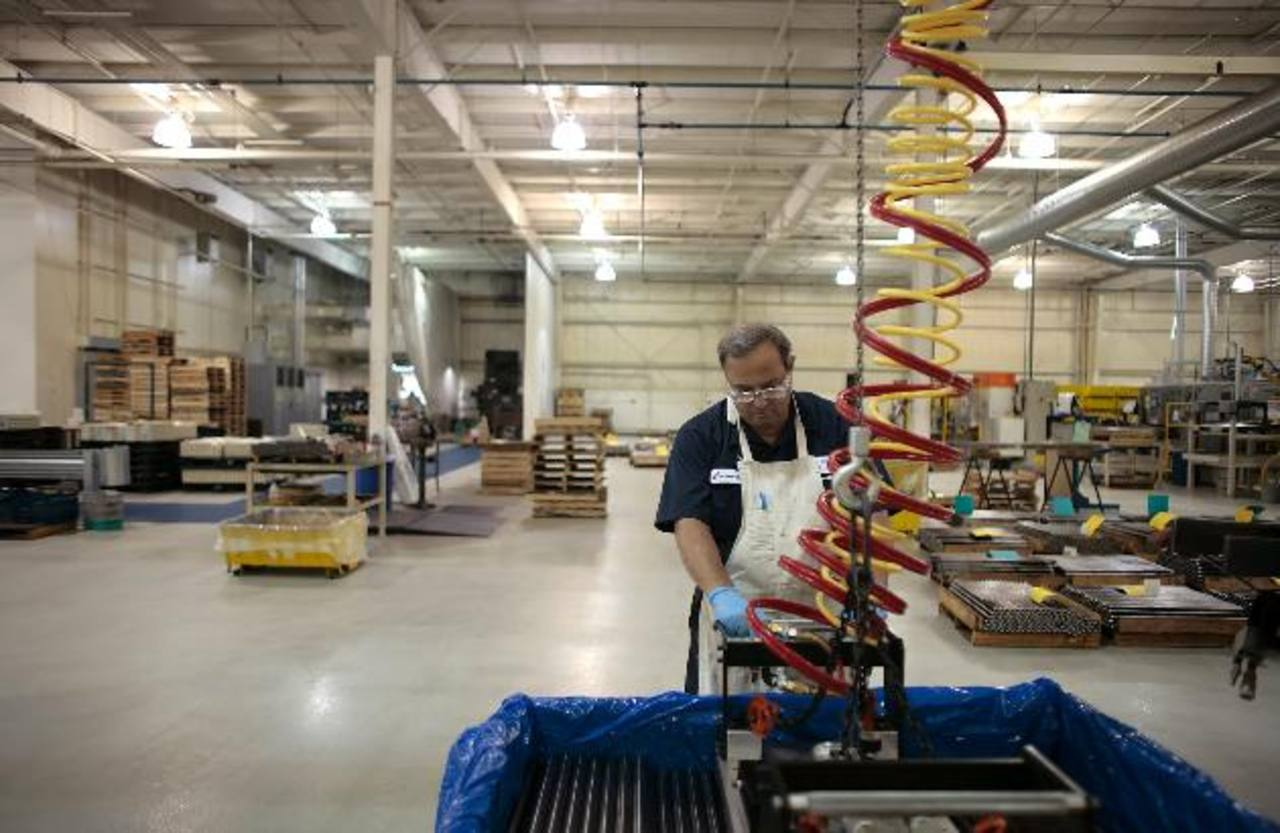 Las fábricas cobran algo de impulso tras desacelerarse previamente este año.