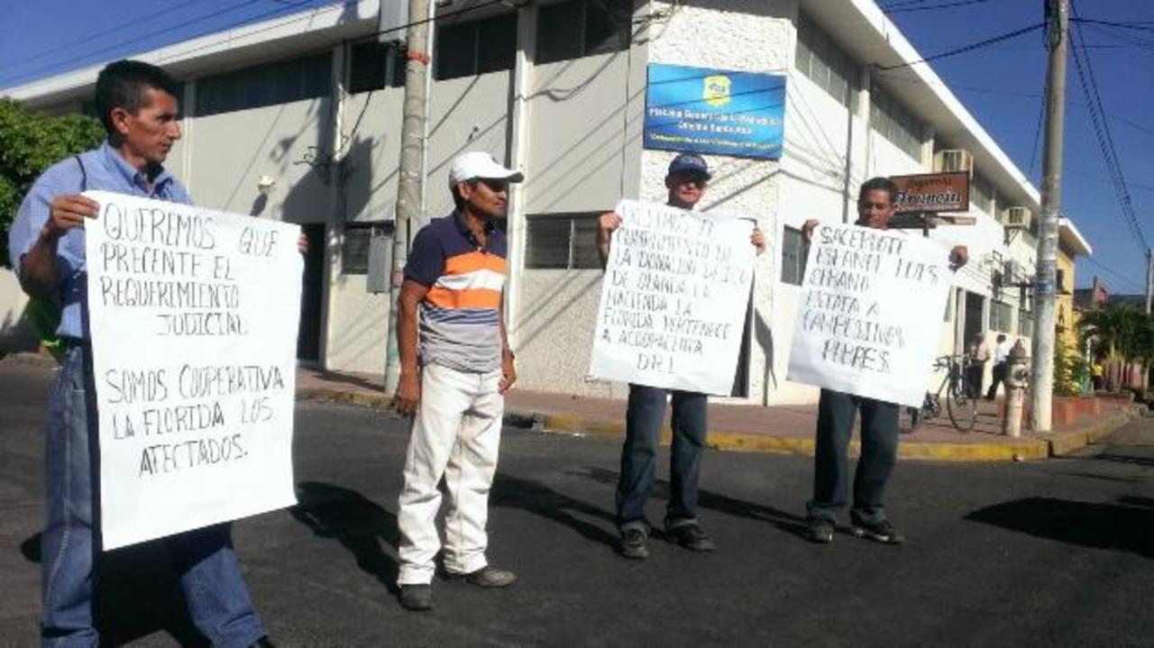 Los afectados se concentraron ayer afuera de la Fiscalía, en Santa Ana, para pedir agilidad en el proceso. Foto EDH / Milton Jaco
