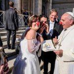 El papa felicitó a una pareja de recién casados, quienes son voluntarios en una fundación que usa payasos para animar a niños con cáncer. FOTO de Giuseppe Felici