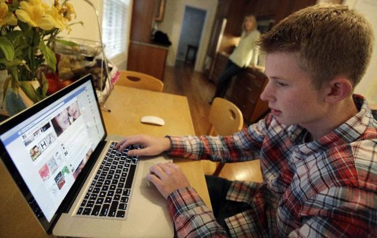 Los padres deben conocer los riesgos a que se exponen sus hijos al navegar por Internet de forma libre cuando se encuentran solos en casa. foto