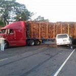 Cuatro personas murieron en accidente en carretera del Litoral. La camioneta en que viajaban chocó contra una rastra. FOTO cortesía Carlos Mejía