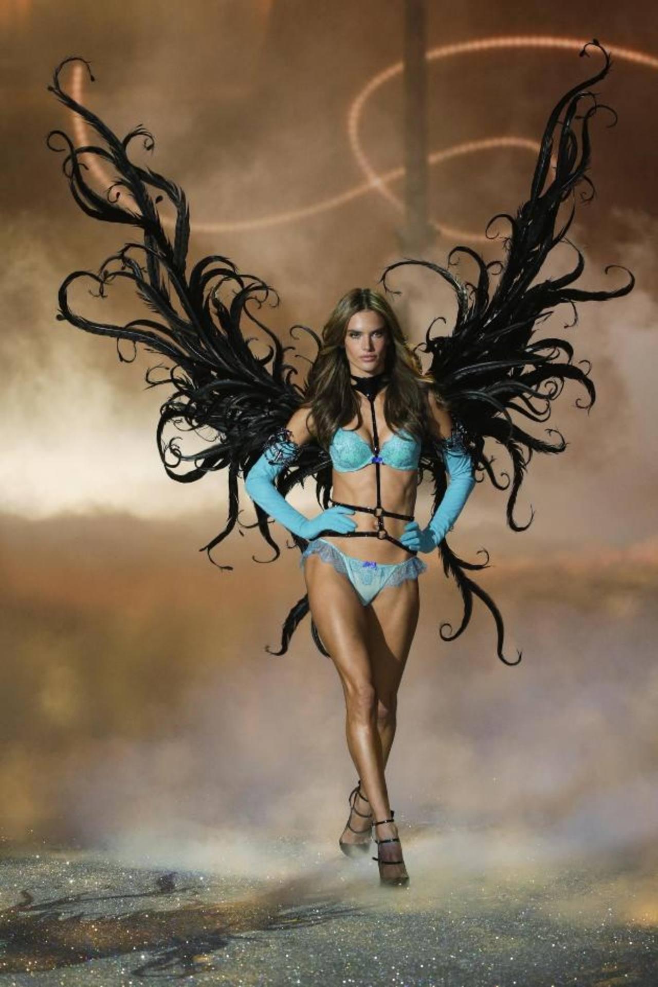Alessandra Ambrosio, de Brasil, fue una de las favoritas del desfile, por ello presentó varios conjuntos en las diferentes temáticas.