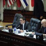 El arenero Ernesto Angulo lee parte del decreto avalado ayer para reformar el Código Penal. foto edh / jorge reyes
