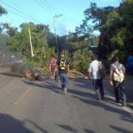 Comunidades protestan, por segundo día consecutivo, en carretera la puerto de La Libertad por obligatoriedad de tarjeta SUBES. FOTO EDH/m. aMAYA