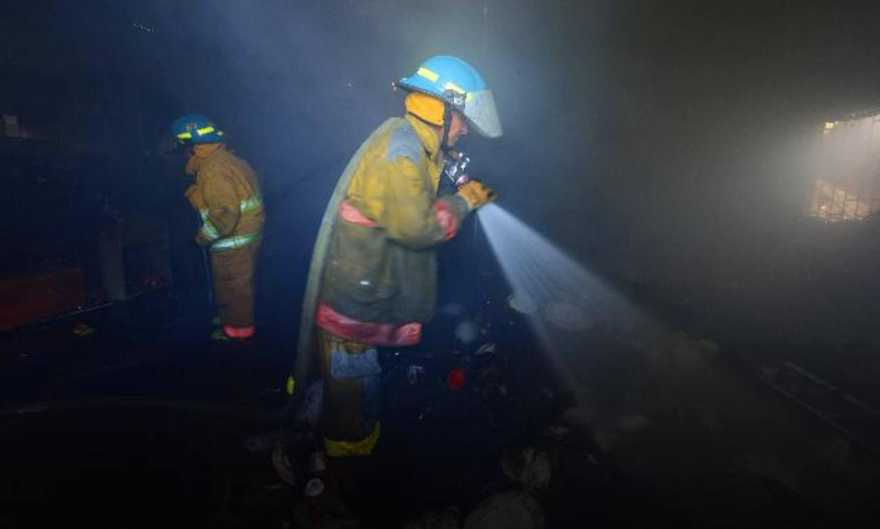 A la emergencia acudieron Bomberos y socorristas de la Cruz Verde. Vecinos alertaron del hecho. Foto EDH / Jaime anaya