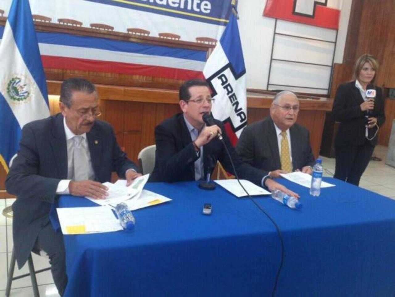 Óscar Santamaría, Jorge Velado y Armando Calderón Sol en el COENA. FOTO EDH Edmee Velásquez