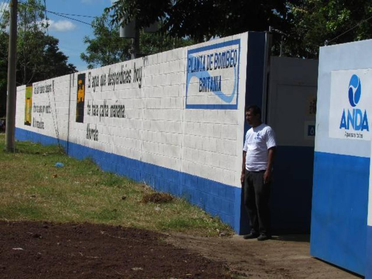 El proyecto de agua domiciliar beneficia a 8,500 familias al sur de la ciudad de Santa Ana. Foto EDH / Mauricio Guevara