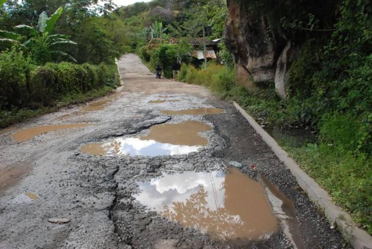 Así luce el tramo deteriorado de la vía entre Cacaopera y Corinto. Foto EDH / insy mendoza