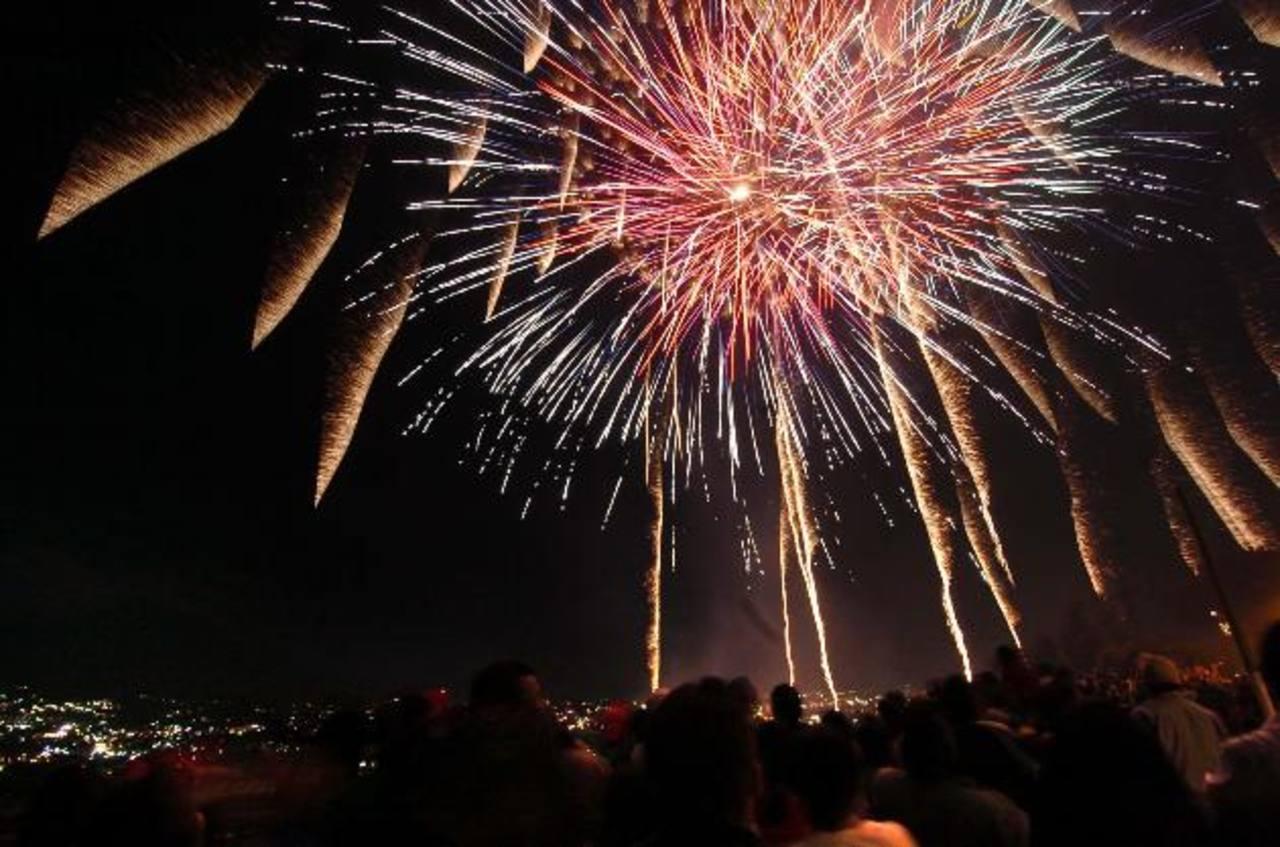 La inauguración de la noches de compras navideñas iluminará el cielo con luces artificiales. foto edh / archivo