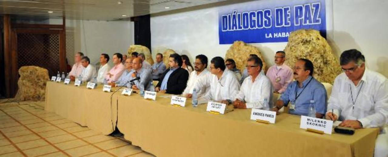 Los integrantes de las delegaciones del Gobierno de Colombia (izq.) y las FARC (der.) ayer en La Habana (Cuba). foto edh / EFE