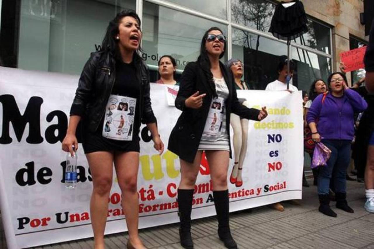 Las manifestantes con pancartas en la que consignaron frases contra los violadores y la violencia doméstica. foto edh / internet